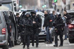 Francúzski policajti zasahujú v uliciach južnej časti Šrasburgu.