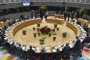 Lídri Európskej únie počas rokovania za okrúhlym stolom na summite EÚ v Bruseli