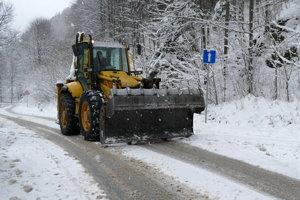 Odhŕňanie snehu v Terchovskej doline 12. decembra.