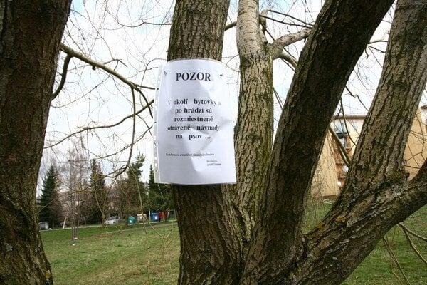 Za informácie o travičovi ponúka jedn z poškodených majiteľov odmenu.