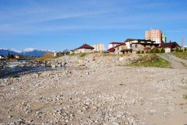 Opravená časť hrádze na sútoku Belej aVáhu. Vrámci sanačných povodňových prác vlani preinvestovali vodohospodári približne 220-tisíc eur