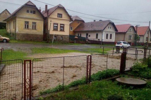 Rozvodnený Biely Váh počas  podvečernej prívalovej povodne v obci Važec.