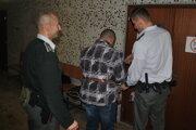 Justičná stráž odvádza Imricha späť do väzby. Po splnení obvyklých formalít bude prepustený na slobodu.