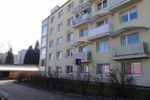 Krčma je s bytovkou stavebne prepojená.