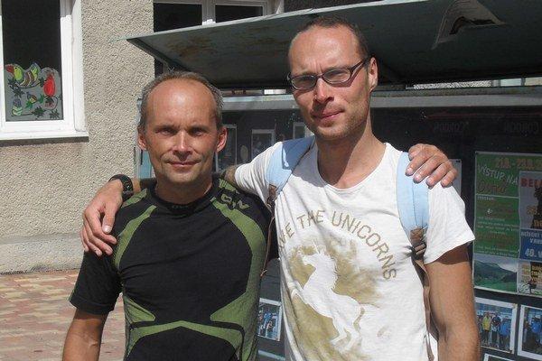 Prví dvaja vhlavnej kategórii, zľava druhý Róbert Bíreš avíťaz Ján Červeň, po dobehnutí do cieľa.