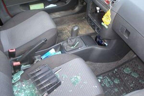 Veľmi často zlodeji pri krádeži poškodia na autách okná.