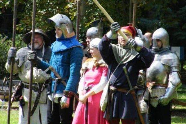 V Ludrovej vystúpili šermiari a strelci zo skupiny historického šermu Taurus Ater.