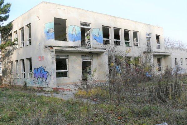 Budova bývalej škôlky už roky chátra.