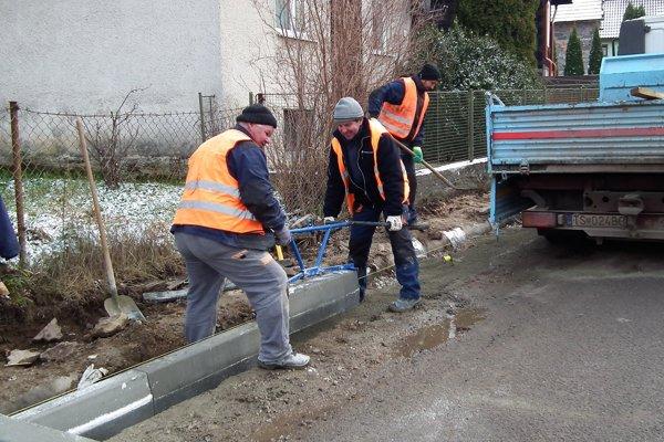 Väčšinu chodníka stihli robotníci urobiť pred napadnutím snehu.