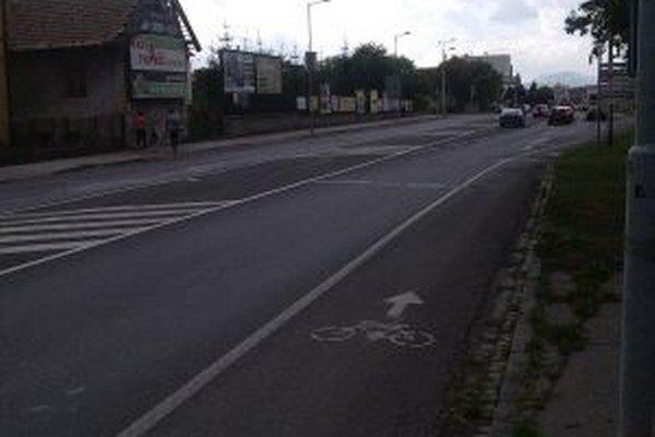 Pruh pre cyklistov na hlavnej ceste je po dobudovaní cyklochodníka popri Váhu zbytočný.