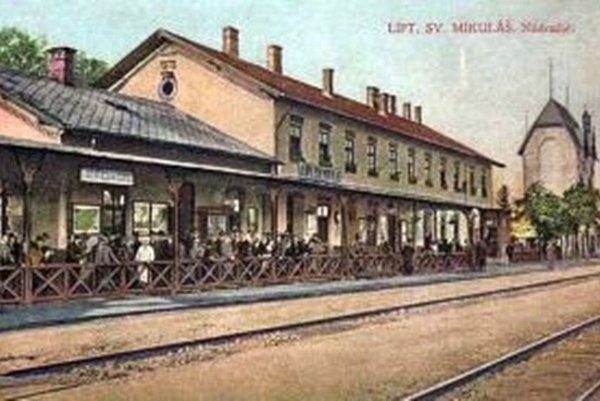 Takto vyzerala železničná stanica v Liptovskom Svätom Mikuláši v minulosti.
