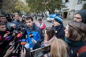 13. novembra. NAKA začala predvolávať na výsluchy organizátorov protestov Za slušné Slovensko. Anonym na nich podal trestné oznámenie, že sa mali pokúšať o štátny prevrat financovaný zo zahraničia.