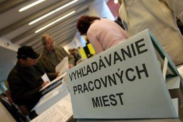 Minimálne 13 443 ponúk práce bude od od prítomných slovenských zamestnávateľov.