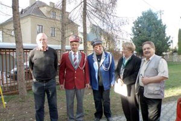 Ladislav Košút i Ladislav Masaryk si hneď aj nové uniformy obliekli. Zľava Paul van Ooijen, Ladislav Košút, Ladislav Masaryk, Marta van Ooijen Šuvadová, Ján Jamriška.