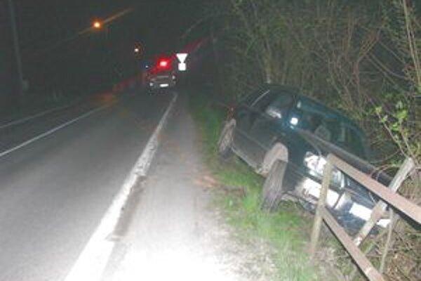 Vodič nezvládol riadenie a auto skončilo v zábradlí.