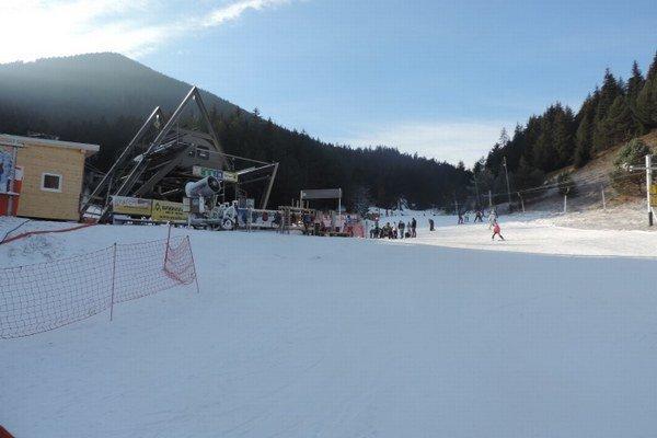 Lyžiarske stredisko v Závažnej Porube zasnežuje už od Vianoc. Hlavný svah postupne rozširujú.
