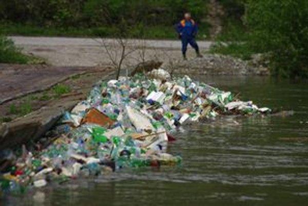 Odpad sa zastavil na pontónovom moste.