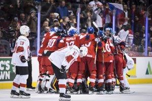 Českí hokejisti sa radujú z víťazstva nad Švajčiarskom na MS v hokeji do 20 rokov 2019.