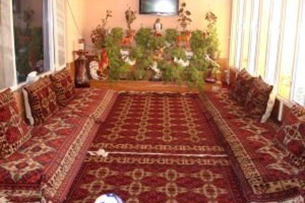 Izba hostiteľa slúžila aj ako spálňa pre mužov. Slovenskú futbalovú loptu (na fotografii v popredí) hostiteľovi z Kunduzu darovali cestovatelia.