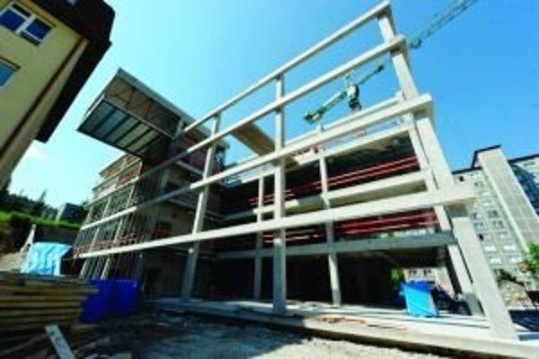 Za meškaním výstavby knižnice je zmena fasády.