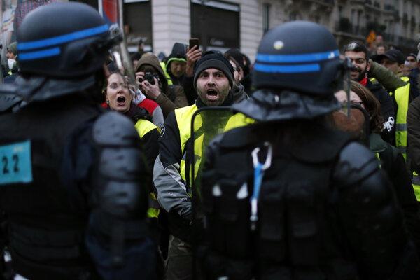 Hnutie žltých viest začalo s protestmi vo Francúzsku. Inšpirovali sa nimi aj v Holandsku.
