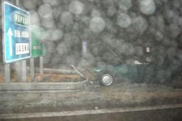 Auto opitého vodiča sa zastavilo až na zvodidlách.