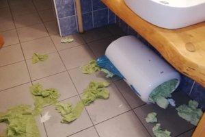 Takto to vyzeralo na toaletách.