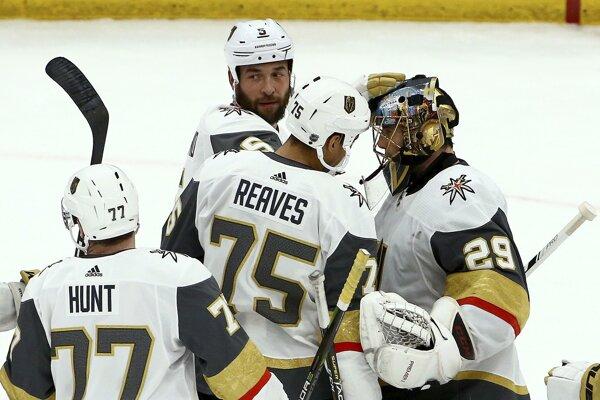 Hokejisti Vegas oslavujú jasný triumf.
