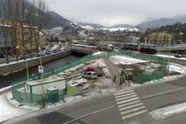 Napriek nesúhlasu aktivistov a verejnosti, benzínovú pumpu v Ružomberku stavajú.