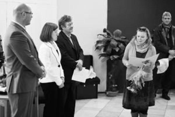 Netradičný darček k narodeninám dostala Mária Škutová (vľavo) od manžela Vlada (v strede). Výstavu jej fotografií, ktorá v Galérii na schodoch v Liptovskom Hrádku.