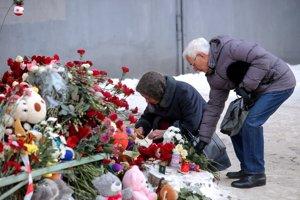 Ruskí občania pokladajú kytice na počesť obetí tragédie.