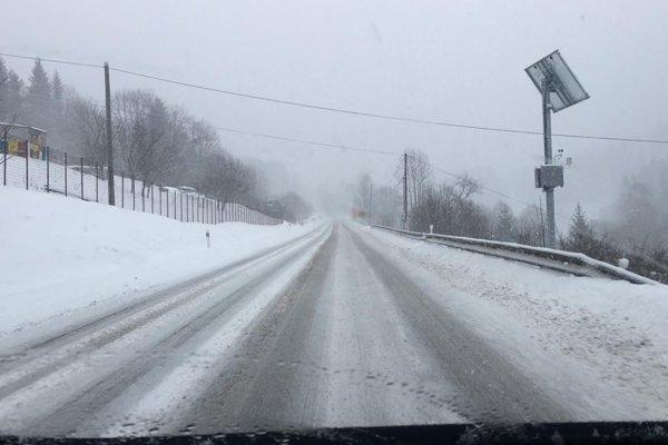 Cesta počas výdatného sneženie na severe Slovenska.