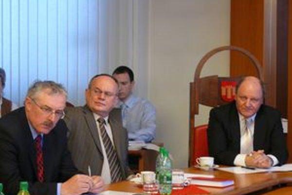 Primátorovi Miroslavovi Adamemu (vpravo)sa zdá cena pozemkov, ktorú odsúhlasili poslanci nízka.