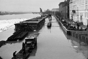 Zaplavené nábrežie Dunaja počas povodne 12.marca 1947.