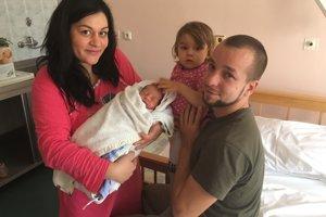 Prvý novonarodený Žochár so svojou rodinou.Andrej mal 2950 gramov a meral 47 centimetrov.