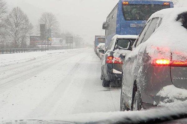 Dopravná situácia pred Čadcou počas uplynulého týždňa.