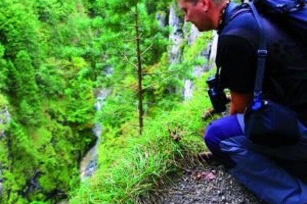 Nakláňať sa nad strmý zráz nie je bezpečné pre riziko pošmyknutia sa na štrku. Po obnove chodníka sa budú môcť turisti kochať krásami prírody z bezpečnej vyhliadky.