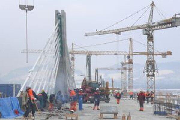 Stavbári pracujú už len hore, vozovkou sú na estakáde ponad mesto spojené všetky piliere.