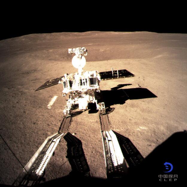 Na snímke čínske lunárne vozidlo už jazdí po mäkkom povrchu odvrátenej strany Mesiaca a zanecháva na ňom stopy.