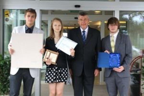 Na slávnostnom odovzdávaní cien boli spolu s riaditeľom aj žiaci 9.B  Dominika Goralská, Adam Kantor a Ondrej Jurčo.
