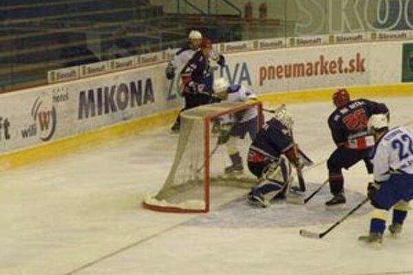 Iba Štubňa (vpravo v bielom)dokázal dať nitrianskemu brankárovi Maxinovi gól.