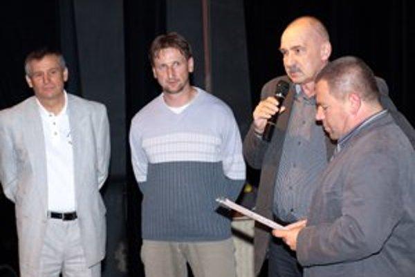 Ocenení tréneri. Na fotografii zľava: Ján Wlachovský, Jaroslav Ondrášik, Gabriel Lengyel a moderátor Pavol Tomčík.