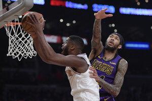 Emmanuel Mudiay (vľavo) z New York Knicks skóruje cez hráča LA Lakers Brandona Ingrama.