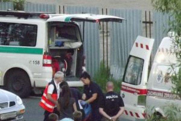 Polícia záchranári pomáhali zranenej cyklistke.