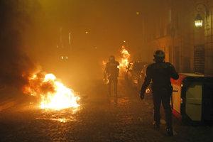 Niektorí ľudia zapálili motorky a odpadkové koše, horela aj jedna z lodí na Seine.