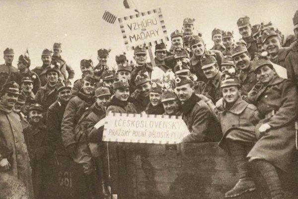 Československí legionári pred odchodom na Slovensko.