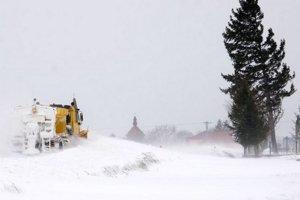 V Trebišovskom okrese cestári sprejazdňujú cesty, ktoré zasypáva sneh a vietor.