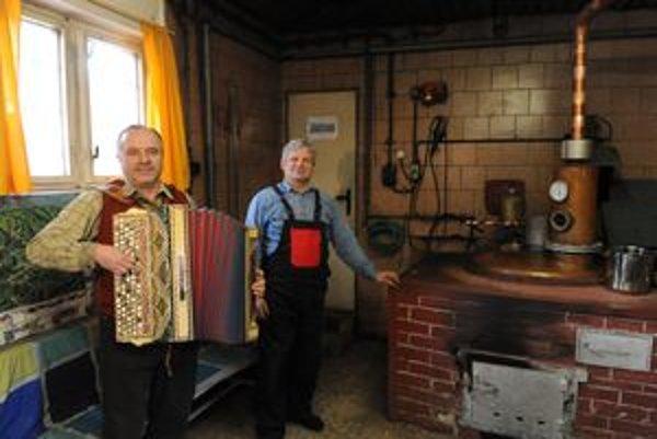 Páleničiar Milan Baláž (vpravo) a harmonikár Ján Matejčík v obecnej pálenici v Lednici. Vypálením posledných litrov miestnej špeciality - borovičky, zakončili tohtoročnú sezónu pálenia ovocného kvasu v obecnej pálenici.