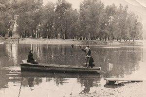 Prievoz na Hrone fungoval 200 rokov. Po druhej svetovej vojne, v 50. rokoch, premávala takáto drevená loďka.