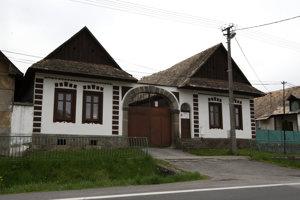 Dobrá Niva si dodnes zachovala tradičné prvky ľudovej architektúry. Typická dobronivská kamenná brána, ktorá sa stavala pri vstupe do tamojších domov, sa zachovala už len pri niekoľkých obydliach.